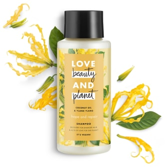Framsida av schampoförpackning Love Beauty Planet Sheasmör & Sandelträ schampo Happy & Hydrated 400 ml