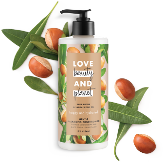Voorkant verpakking reinigende conditioner Love Beauty Planet sheaboter & sandelhout reinigende conditioner gelukkig & gehydrateerd 500 ml